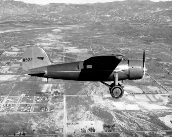 Amelia Earhart in her plane (b/w photo) / Underwood Archives/UIG / Bridgeman Images