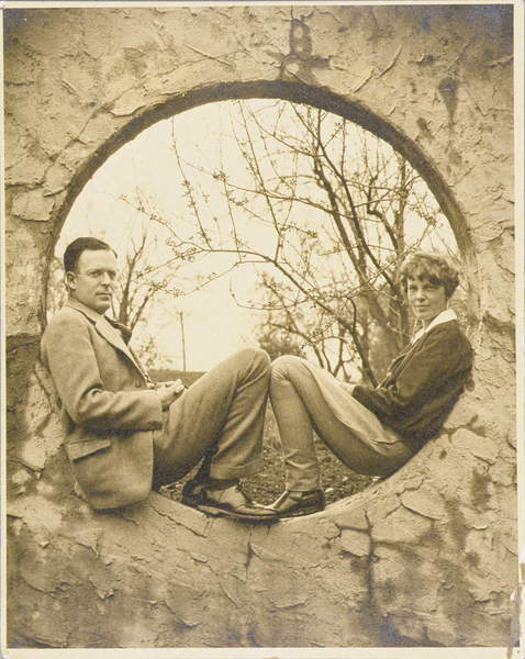Amelia Earhart (1897-1937) and George Palmer Putnam (1887-1950) seated in a circular wall opening, c.1936 (b/w photo), American Photographer, (20th century) / Schlesinger Library, Radcliffe Institute, Harvard University / © Schlesinger Library, Radcliffe Institute, Harvard / Bridgeman Images