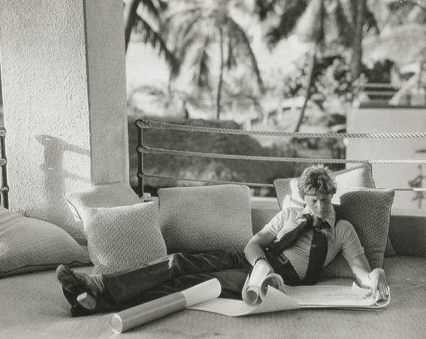 Amelia Earhart (1897-1937) looking at charts, 1936 (b/w photo), American Photographer, (20th century) / Schlesinger Library, Radcliffe Institute, Harvard University / © Schlesinger Library, Radcliffe Institute, Harvard / Bridgeman Images