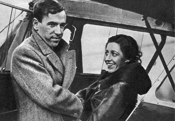 Amy Johnson (1903-1941) English aviator, about to set out for Cape Town 1932. Johnson saying goodbye to her husband, fellow pilot James Mollison, before starting off. She created a new record for a solo flight from London to Cape Town, completing the trip in 4 days, 6 hours and 54 minutes, beating her husband's record by 10 hours, 28 minutes. / Universal History Archive/UIG / Bridgeman Images