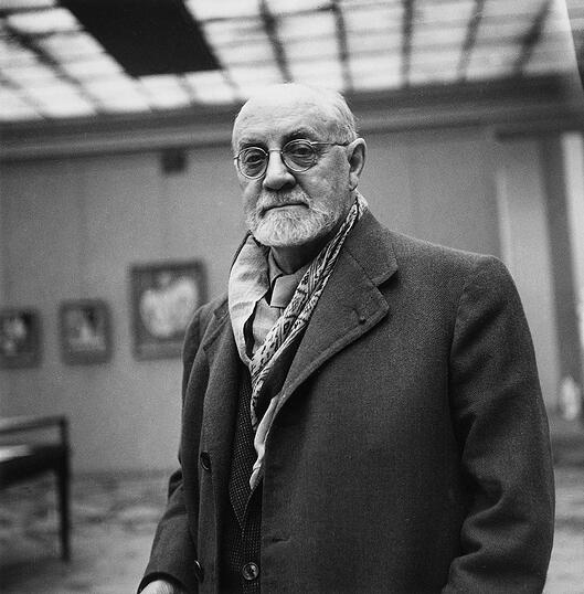 French Painter Henri Matisse (1869-1954) during Exhibition in Paris in September 1945 (b/w photo) / Photo © AGIP