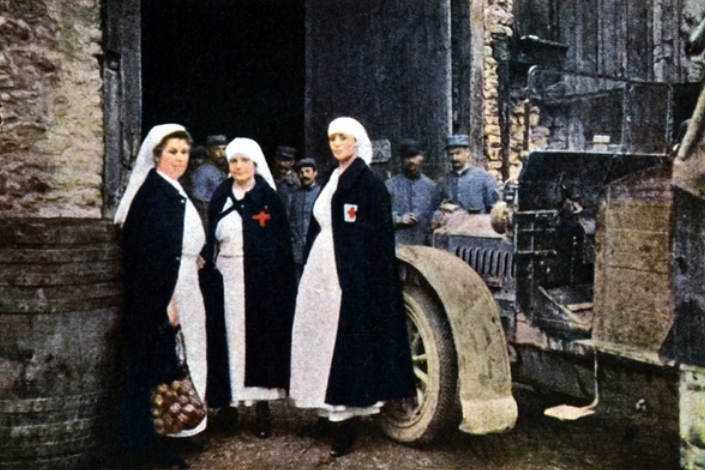 Three women wearing the Red Cross and the French ambulance staff with a vehicle, Verdun, September 1916 (autochrome), Gervais-Courtellemont, Jules (1863-1931) / © Galerie Bilderwelt