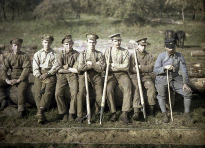 Canadian soldiers with a cant hook are sitting on the trunk of a tree for a sawmill, Quesmy, Oise, France, 1917 (autochrome), Cuville, Fernand (1887-1927) / © Galerie Bilderwelt