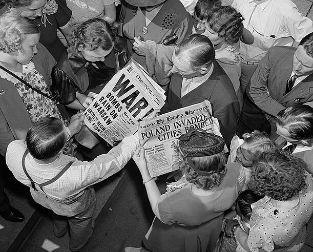 2944241 Sept. 1, 1939 headlines about the German invasion of Poland, Americans gather to read about the event that triggered World War 2. Washington, D.C; (add.info.: Sept. 1, 1939 headlines about the German invasion of Poland, Americans gather to read about the event that triggered World War 2. Washington, D.C); Everett Collection; CANNOT BE LICENSED IN US, CANADA, JAPAN OR SWEDEN; it is possible that some works by this artist may be protected by third party rights in some territories.