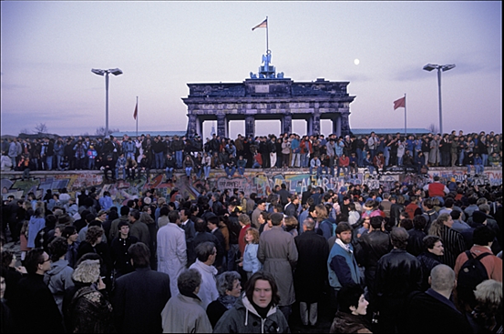 Berliners from East and West celebrating the opening of the border at the Berlin Wall, Brandenburg Gate, Berlin, 9th November 1989 (photo) / Berlin, Germany / © H.P. Stiebing