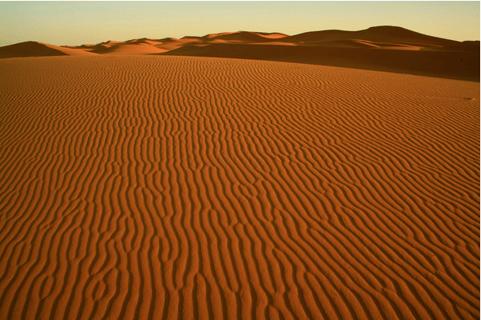 sand dunes in Sahara Desert near Merzouga in Morocco. 10-06-2006. (photo) / Majority World/UIG